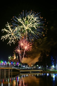 Veja incríveis fogos de artifício brilhando no céu noturno