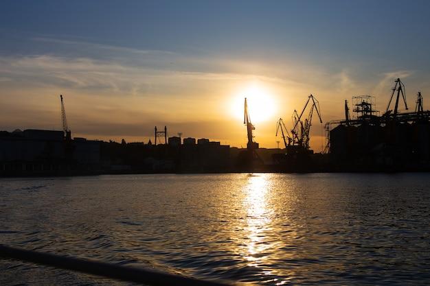 Veja no porto marítimo comercial com guindastes, cargas e o navio