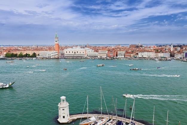 Veja o dique da praça san marco sobre a lagoa, veneza, itália