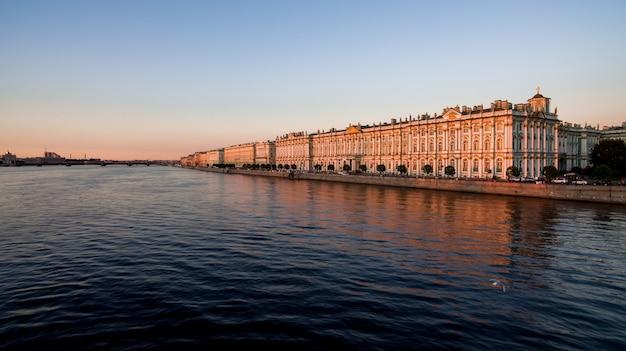 Veja o museu hermitage no rio neva e o palácio de inverno em são petersburgo