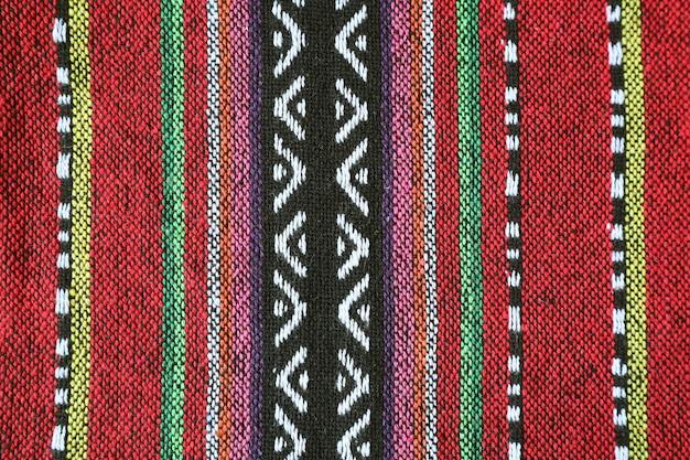 Veja o padrão e a textura dos têxteis tradicionais coloridos da região norte da tailândia