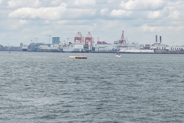 Veja o porto de oof dublin a partir do local a pé de poolbeg.