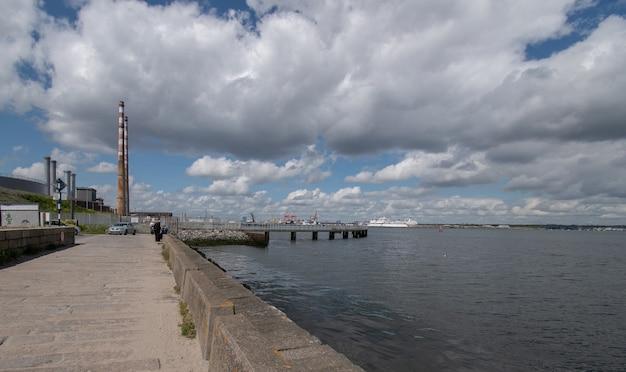 Veja o porto de oof dublin a partir do local de caminhada de poolbeg na baía de dublin Foto Premium