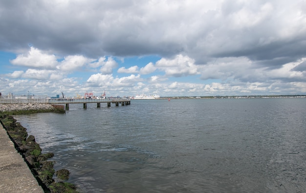 Veja o porto de oof dublin a partir do local de caminhada de poolbeg na baía de dublin
