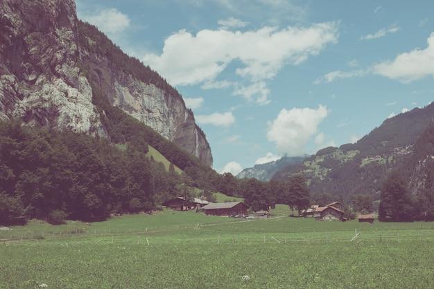 Veja o vale das cachoeiras na cidade de lauterbrunnen, suíça, europa. paisagem de verão, clima ensolarado, céu azul dramático e dia ensolarado