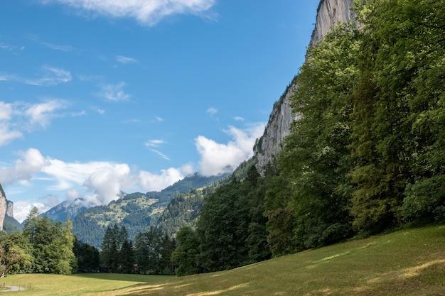 Veja o vale das cachoeiras no parque nacional da cidade de lauterbrunnen, suíça, europa. paisagem de verão, clima ensolarado, céu azul dramático e dia ensolarado