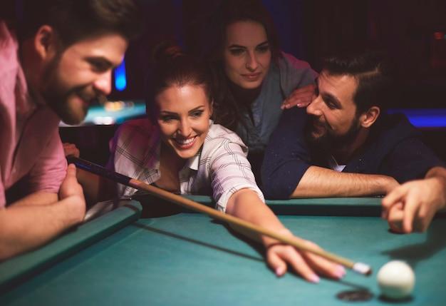 Veja os jovens amigos se divertindo enquanto jogam sinuca