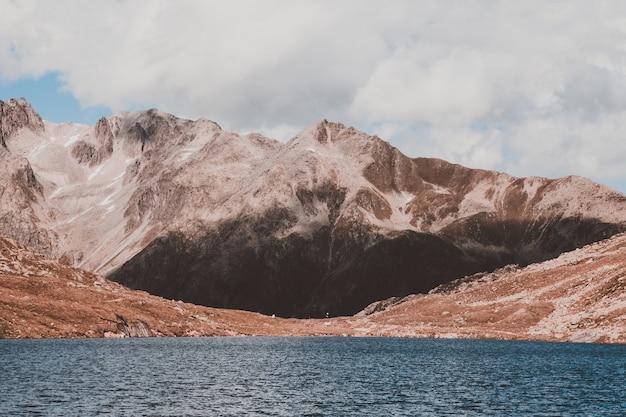 Veja os lagos marjelen, cenas nas montanhas, roteie a grande geleira aletsch no parque nacional da suíça, europa. paisagem de verão, céu azul e dia ensolarado