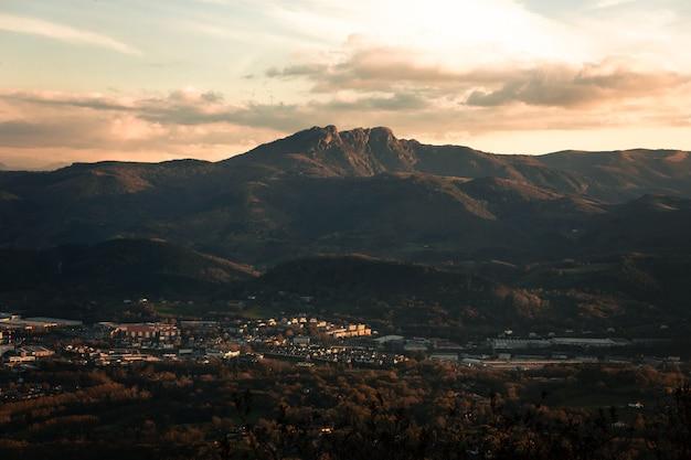 Veja os três picos de aiako harriak em um parque natural no país basco.