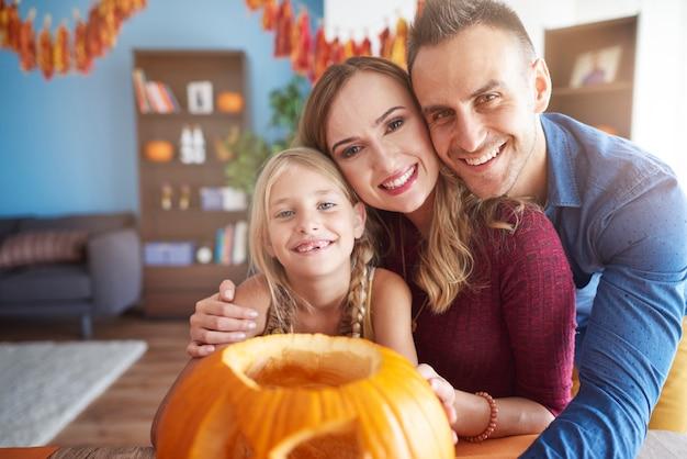 Veja uma família jovem e feliz passando um tempo junta