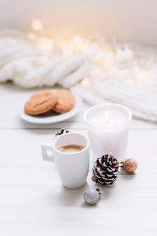 Vela acesa com uma xícara de café