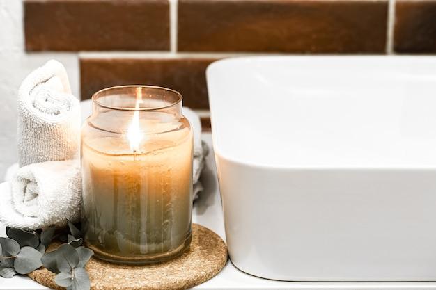 Vela acesa no banheiro. conceito de aromaterapia e decoração para casa.