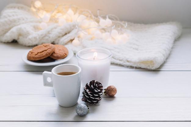 Vela branca com xícara de café