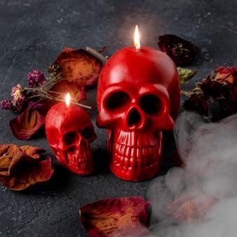 Vela caveira vermelha em fundo preto. conceito de halloween.