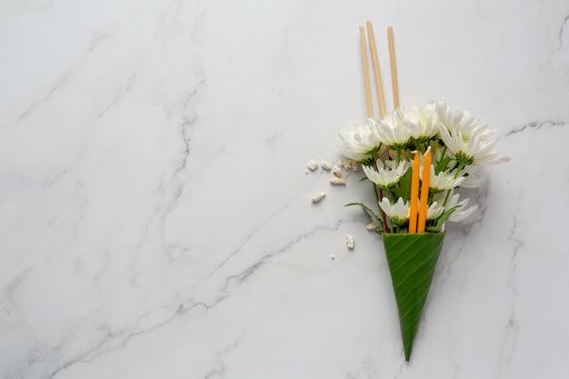 Vela com flor para adorar o buda do budismo makha bucha dia