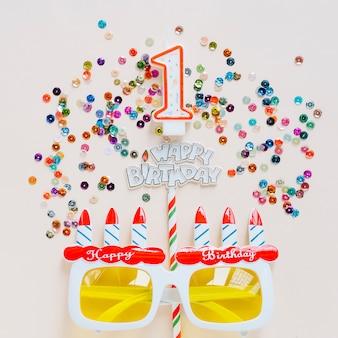 Vela de aniversário com óculos rodeados de lantejoulas