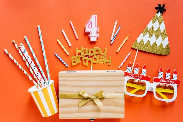 Vela de aniversário de vista superior com elementos de aniversário
