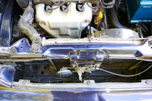 Vela de ignição no motor de um carro antigo. detalhes internos da máquina. reparação de veículo.