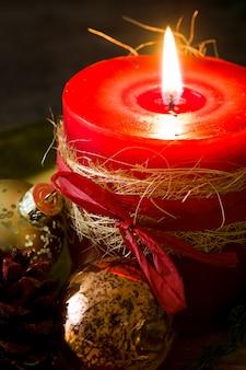 Vela de natal vermelha e enfeites de natal