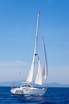 Vela de veleiro azul mediterrâneo