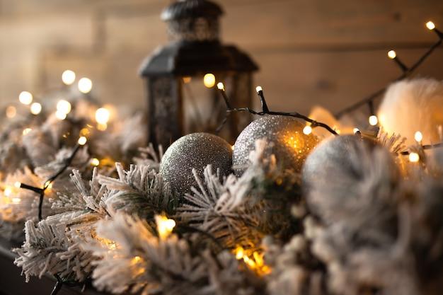 Vela e lâmpadas para decorar a árvore de natal, o espírito das férias de inverno