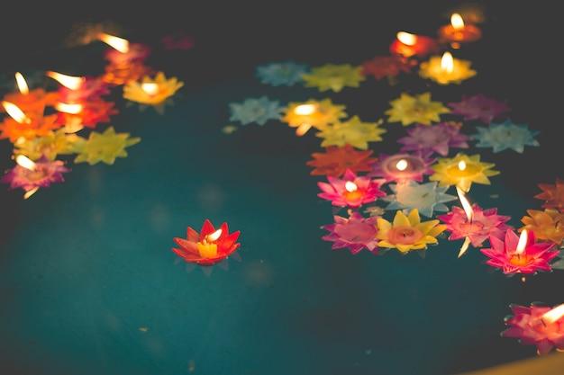 Vela em forma de flor queimando na piscina de espírito no templo chinês