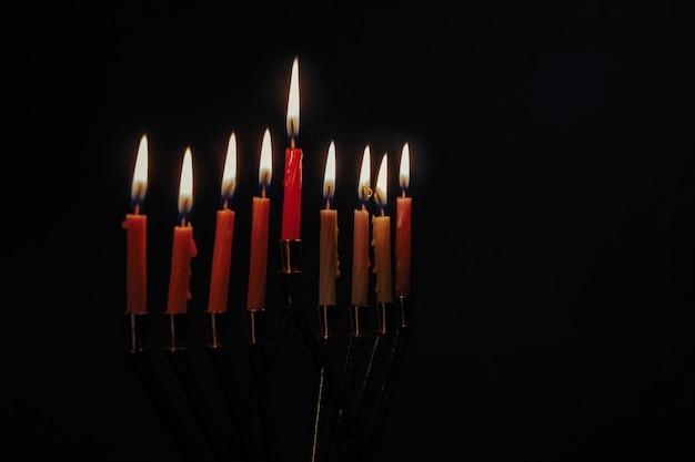 Vela, lite, ligado, a, tradicional, prata, hanukkah, menorah, fundo preto