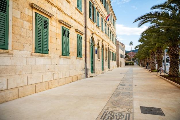 Vela luka, croácia - 29.03.2021: mosaico na rua principal de vela luka, na ilha de korcula, no mar adriático, na croácia