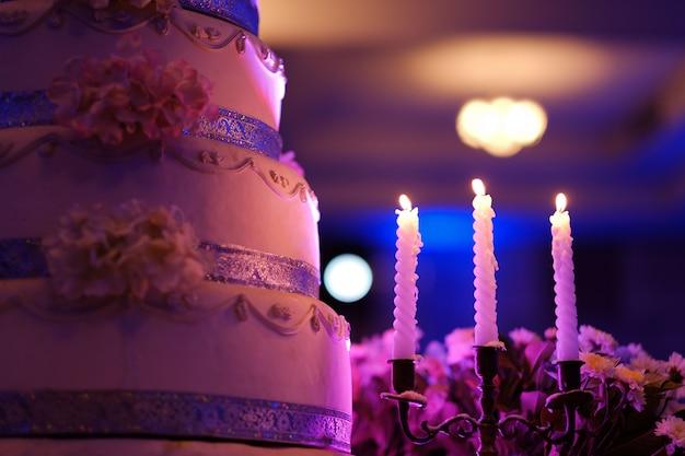 Vela no escuro, vela de casamento com luz de bokeh