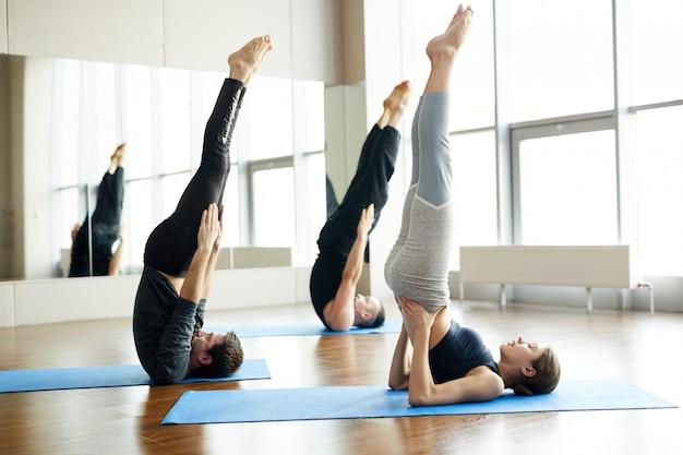 Vela praticando pose na aula de yoga