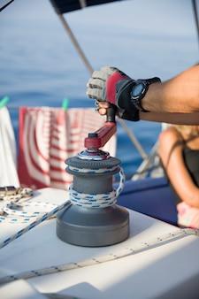 Vela tripulação puxando a corda no veleiro