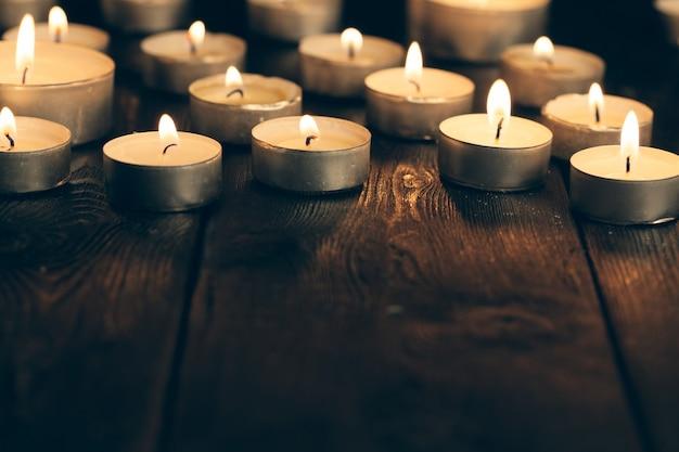 Velas acesas na escuridão. conceito de comemoração.