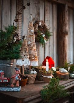 Velas artesanais de decorações de natal. árvores de natal têxteis feitas à mão para uma mesa festiva com suas próprias mãos.