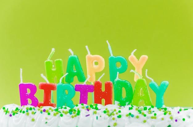 Velas coloridas feliz aniversário