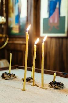 Velas da igreja em chamas nos interiores da igreja