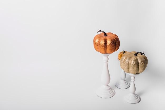 Velas de abóbora em castiçais