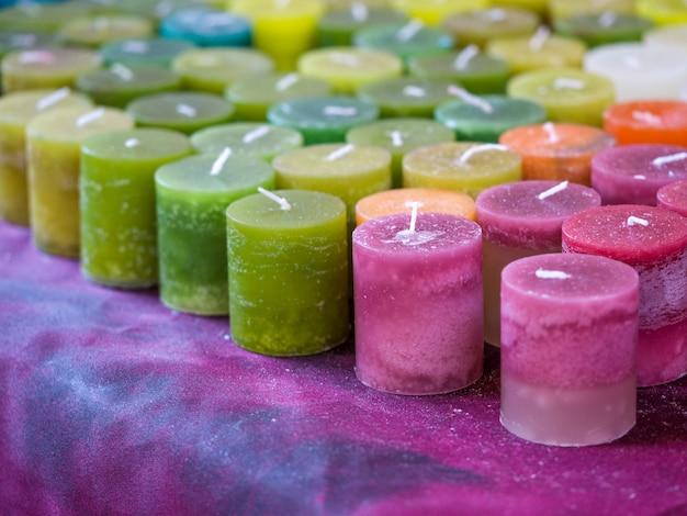 Velas de aromaterapia colorfull em um mercado