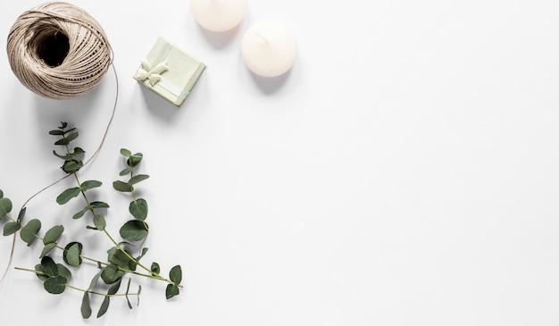 Velas de cópia-espaço e pequeno presente