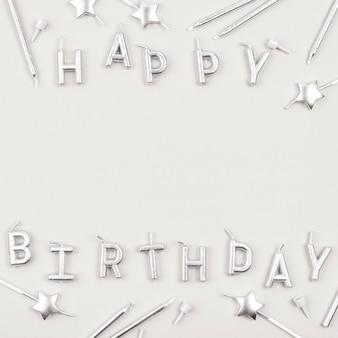 Velas de feliz aniversário acima da vista