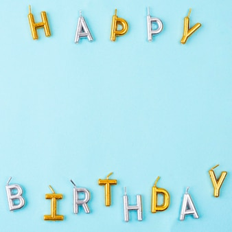 Velas de feliz aniversário para vista superior