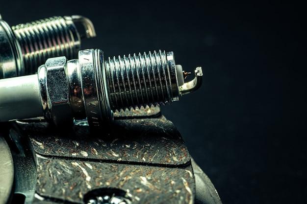 Velas de ignição de carro em fundo preto close-up