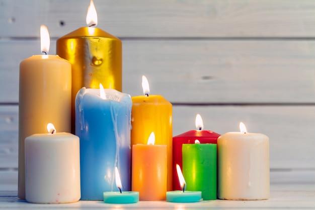 Velas de iluminação doméstica na mesa de madeira