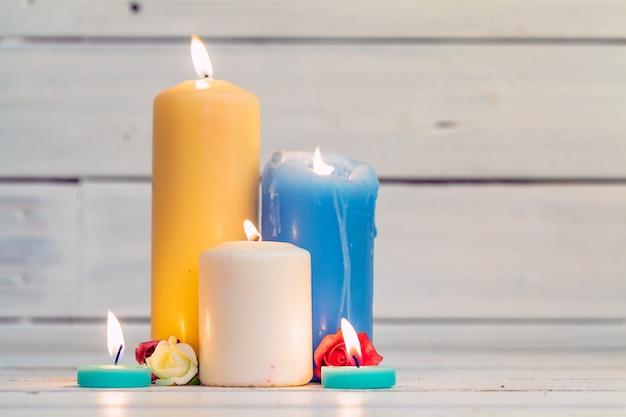 Velas de iluminação em casa na mesa de madeira