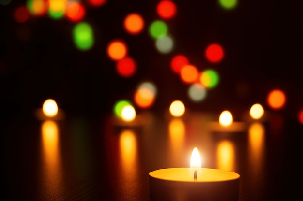 Velas de natal chama decoração romântica clara em luzes desfocadas