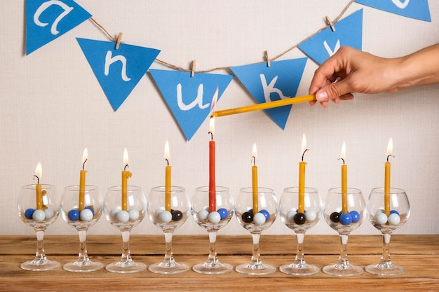 Velas de vista frontal feliz hanukkah