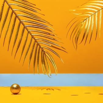 Velas douradas com o ano novo 2021 no arco de mármore, folhas de palmeira, confetes em um fundo amarelo com o horizonte. tendência festiva ainda vida.