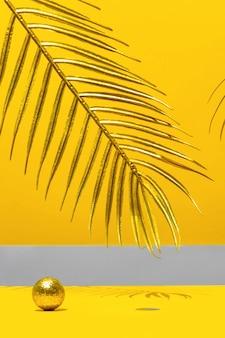Velas douradas com o ano novo no arco de mármore, folhas de palmeira