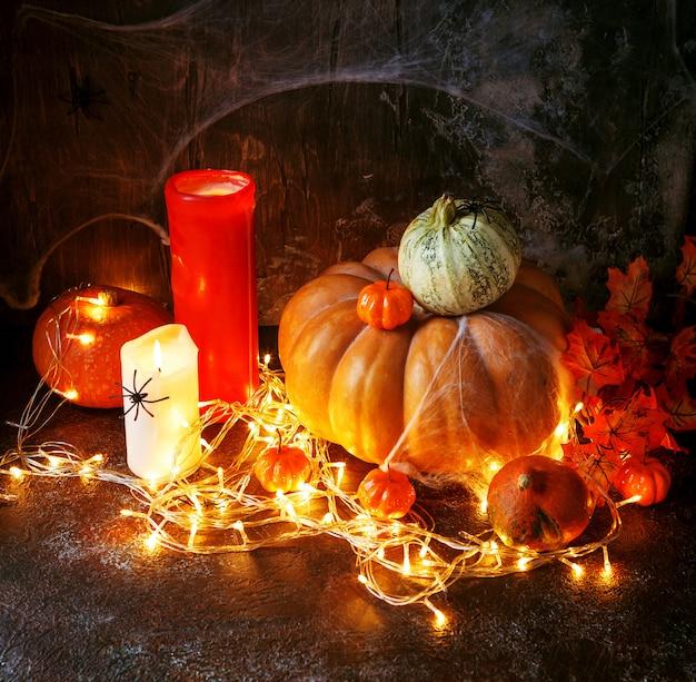 Velas e abóboras de halloween