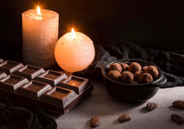 Velas e doces de chocolate de alto ângulo