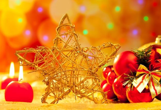 Velas e enfeites dourados da estrela do natal
